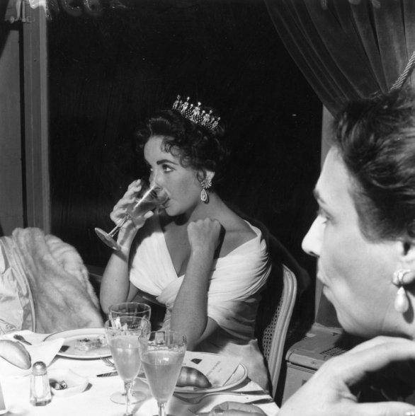 Elizabeth-Taylor-sipped-drink-while-wearing-crown-during